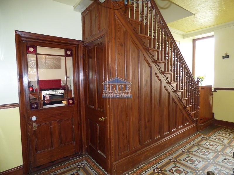 L-shaped entrance hallway